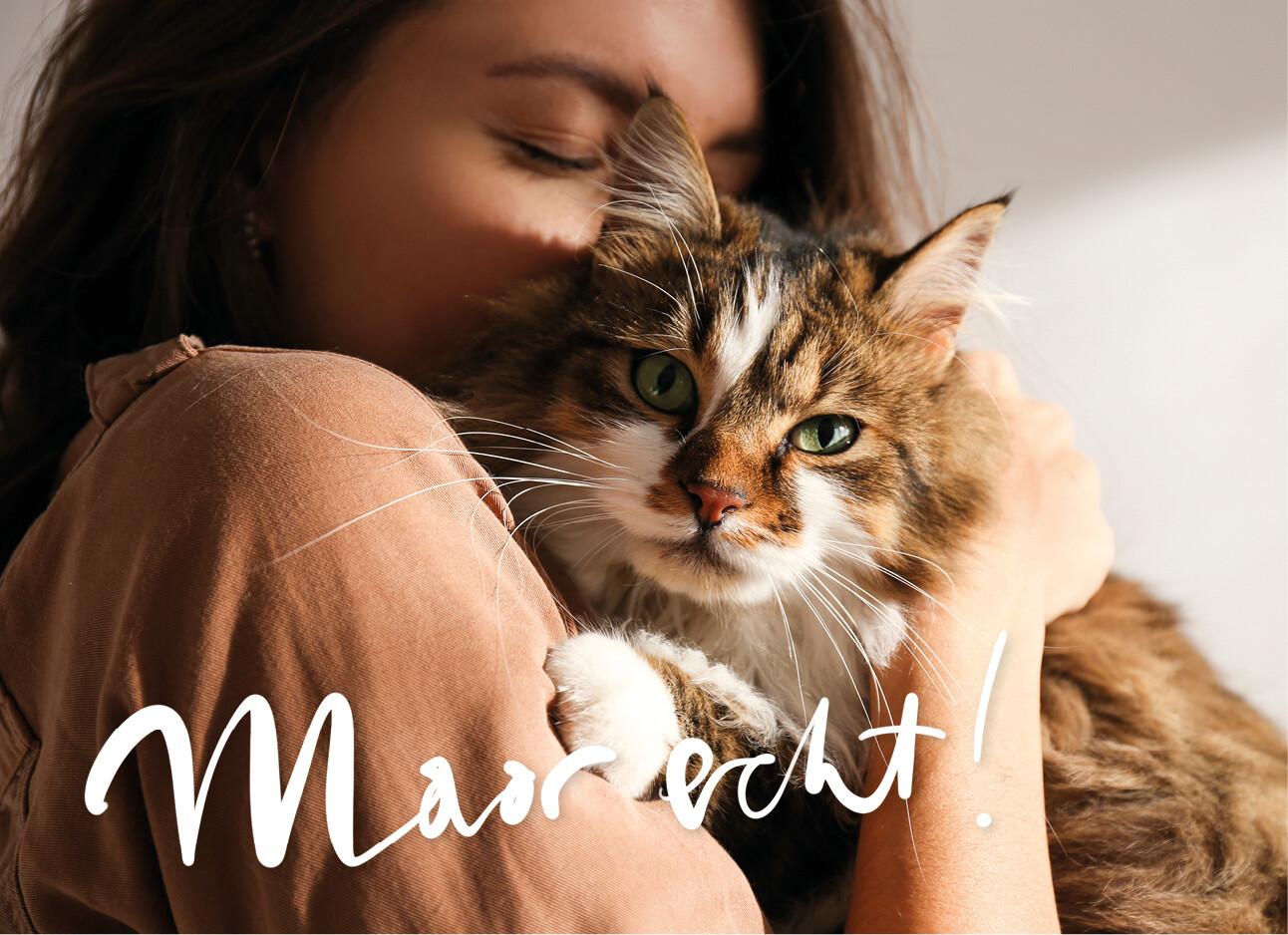 een vrouw knuffelt met haar kat
