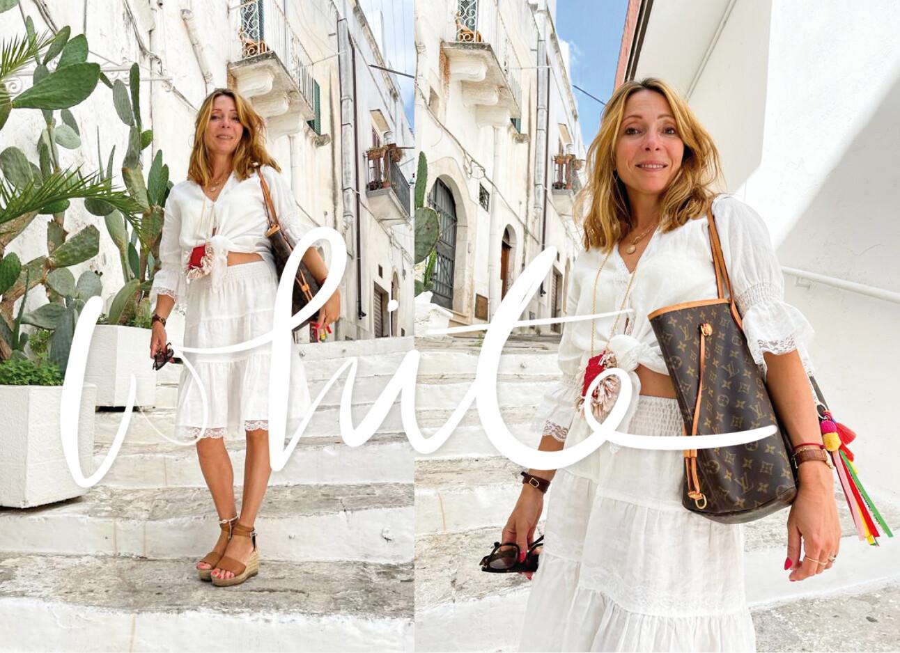 May-Britt Mobach in een witte stad in Puglia met een witte outfit aan