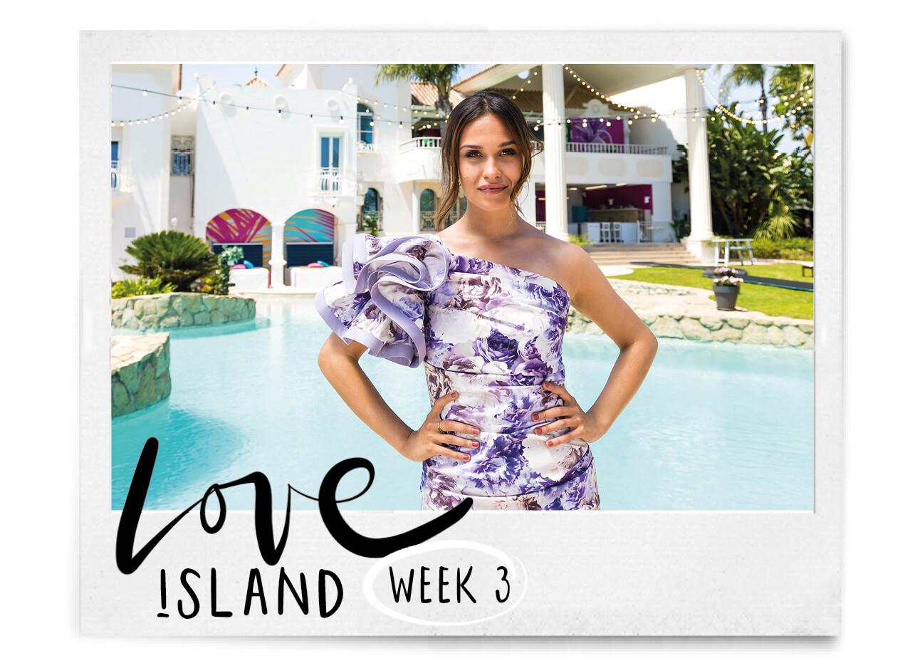 Holly bij de Love Island Villa