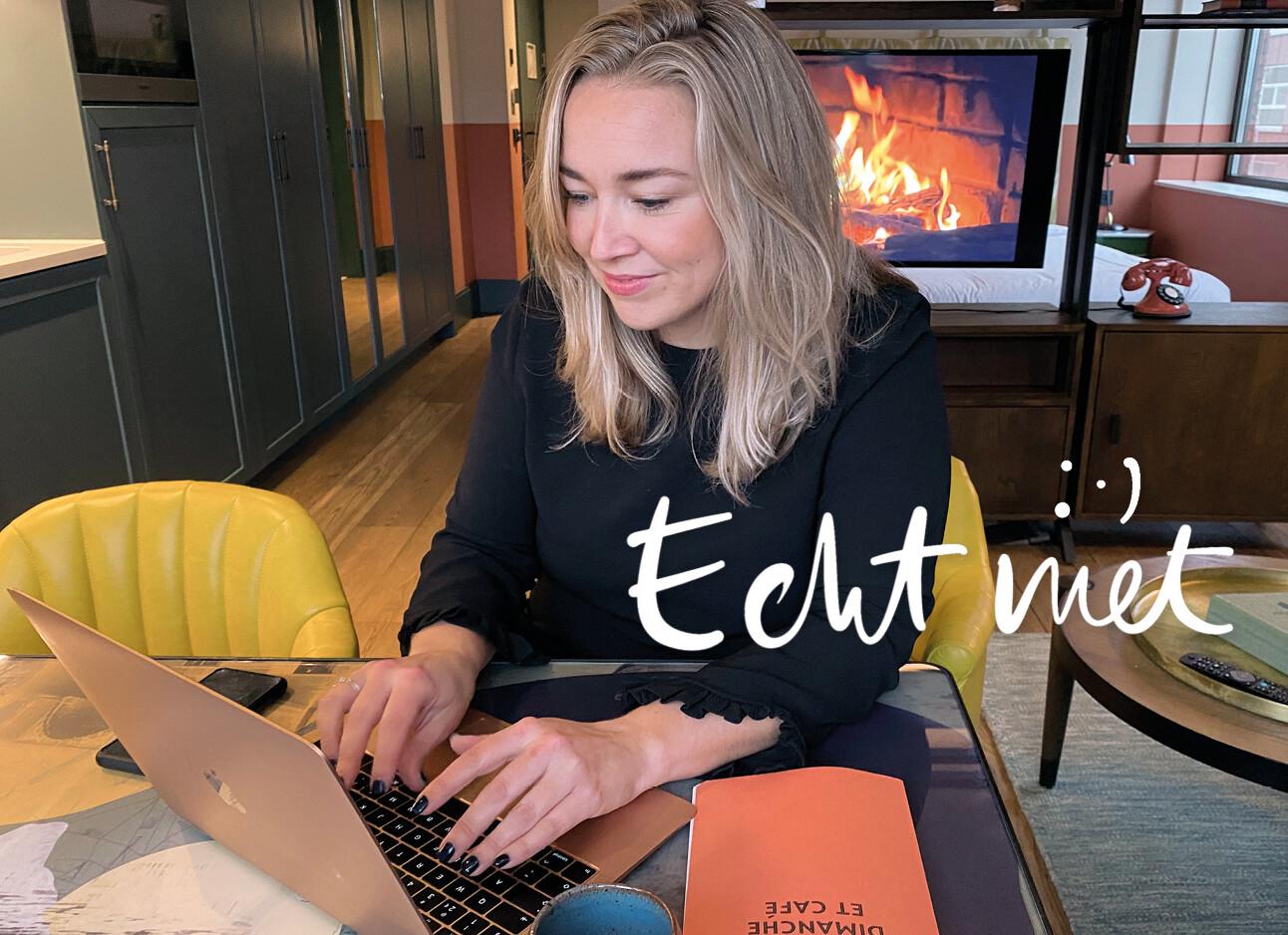 Adeline Mans achter haar laptop een mail aan het typen