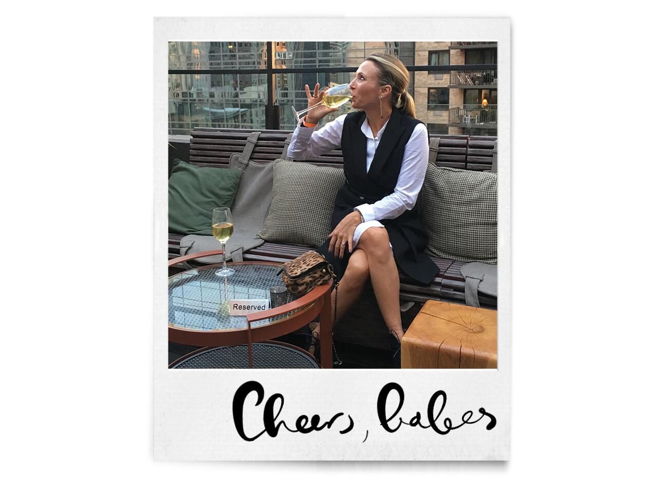 May met een gals wijn op een terras