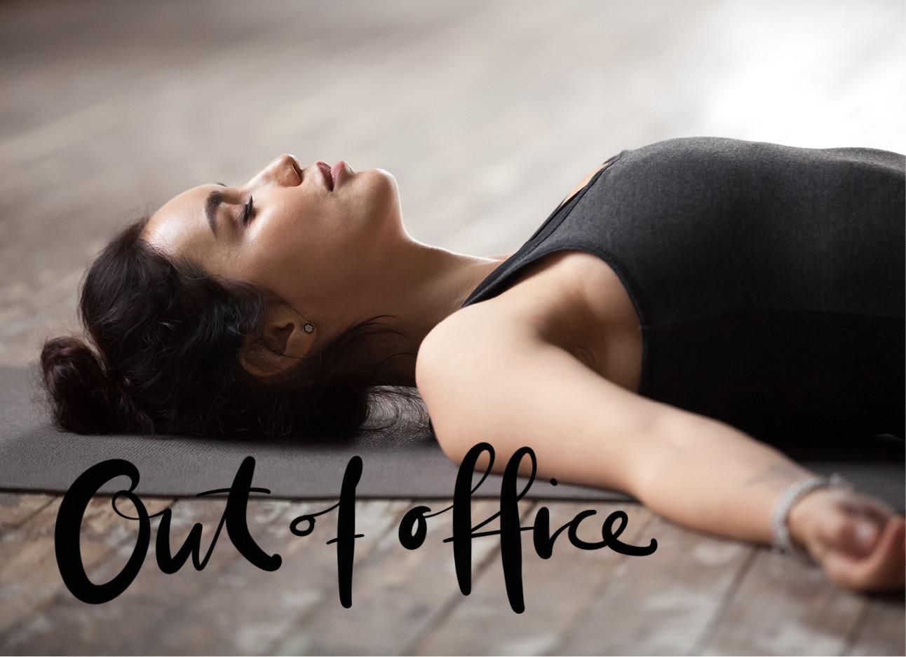 vrouw lachend op een yoga mat bezig met Nindra yoga