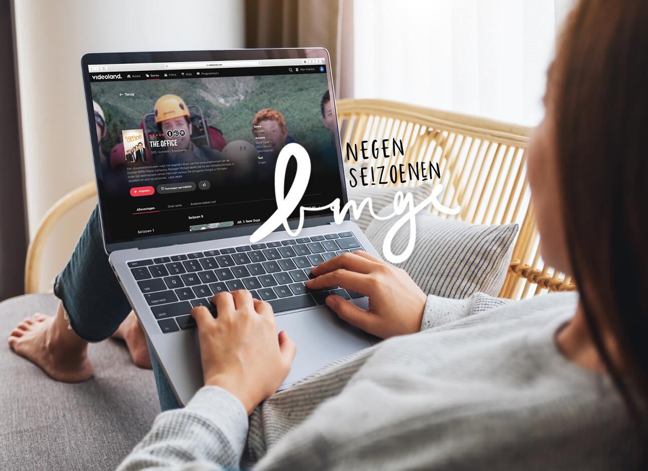 vrouw achter laptop kijkend naar videoland