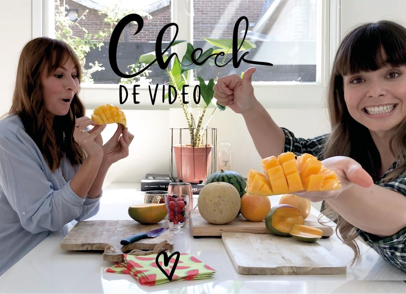 lilian en kiki eten en snijden fruit in de keuken