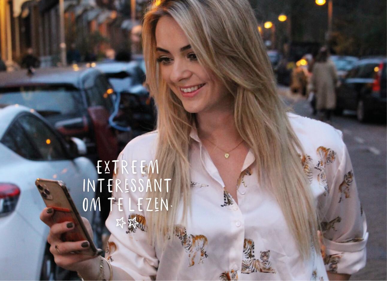 Wieke kijkend op haar telefoon