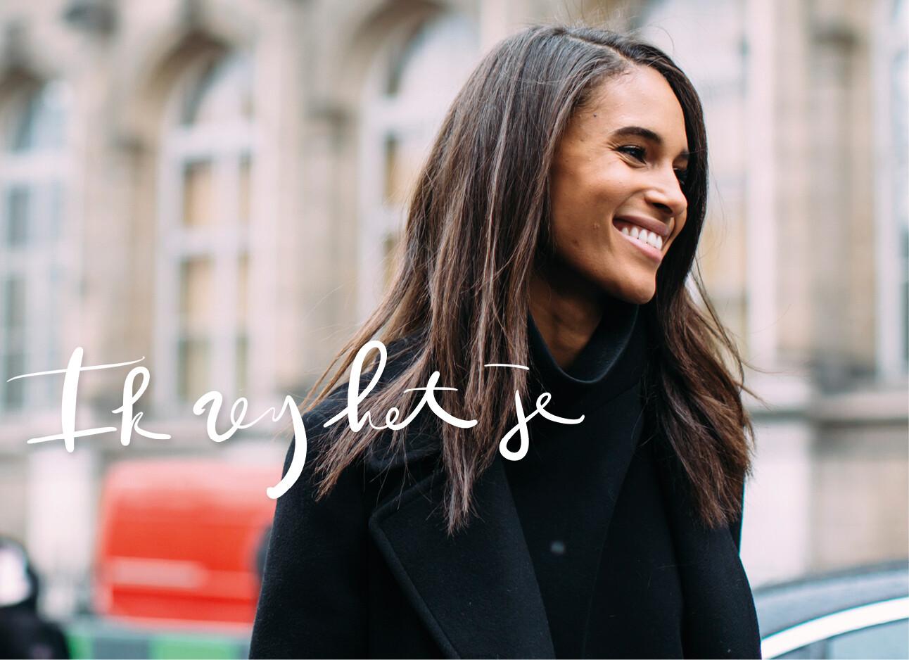 Vrouw vrolijk op straat