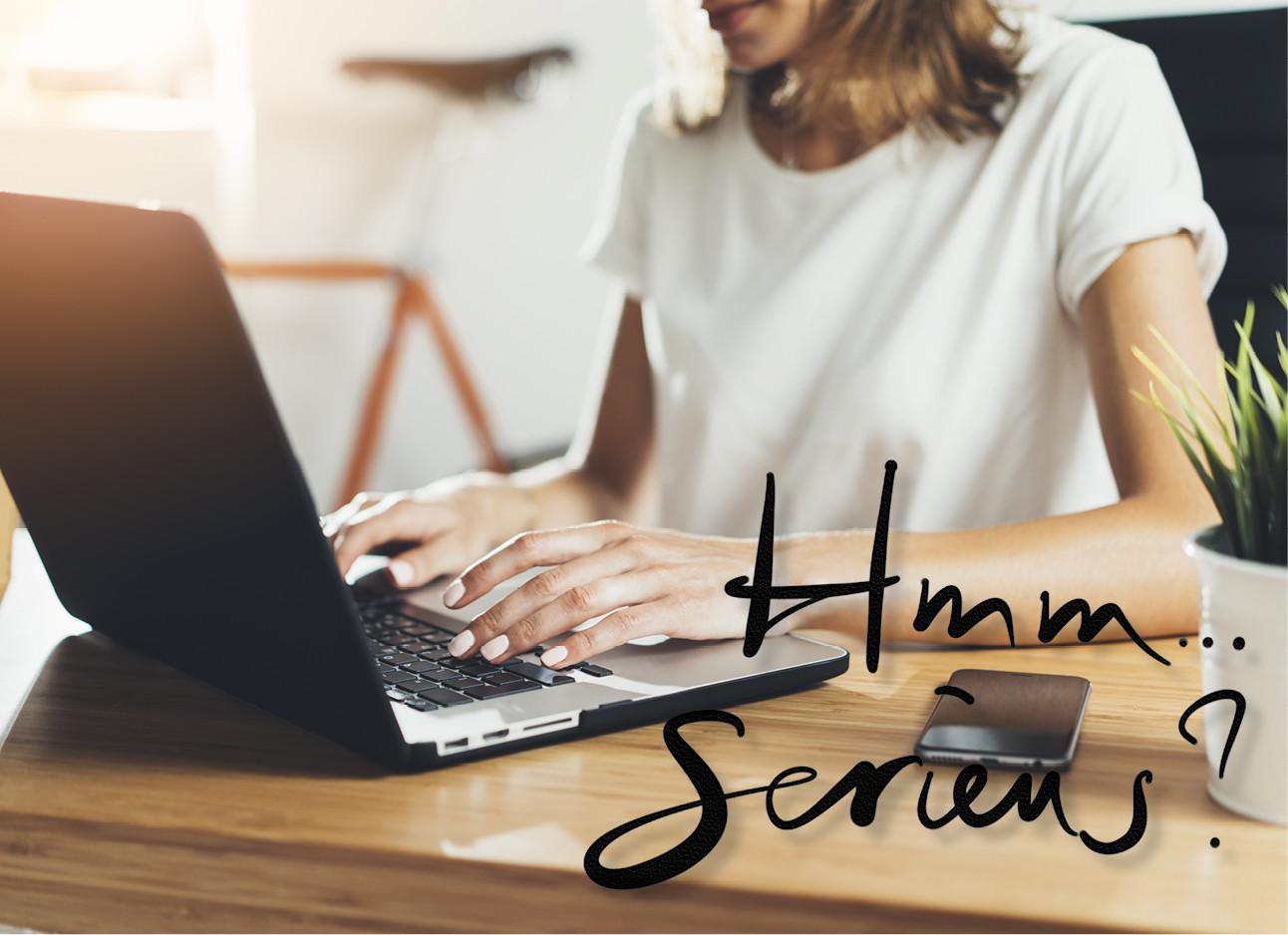 een meisje dat achter haar laptop zit en werkt