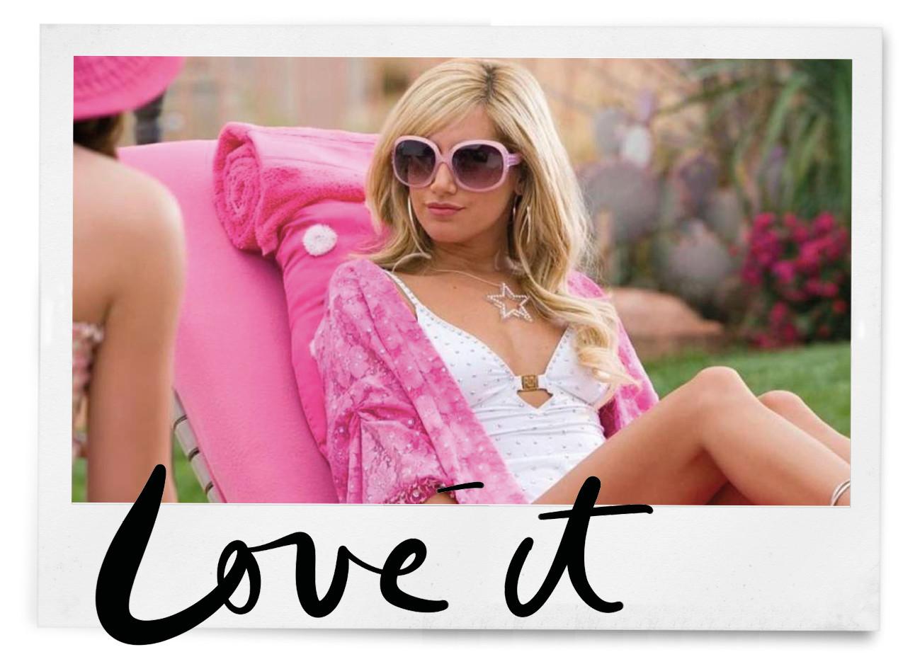 sharpay van high school musical en roze outfit en zonnebril bij het zwembad