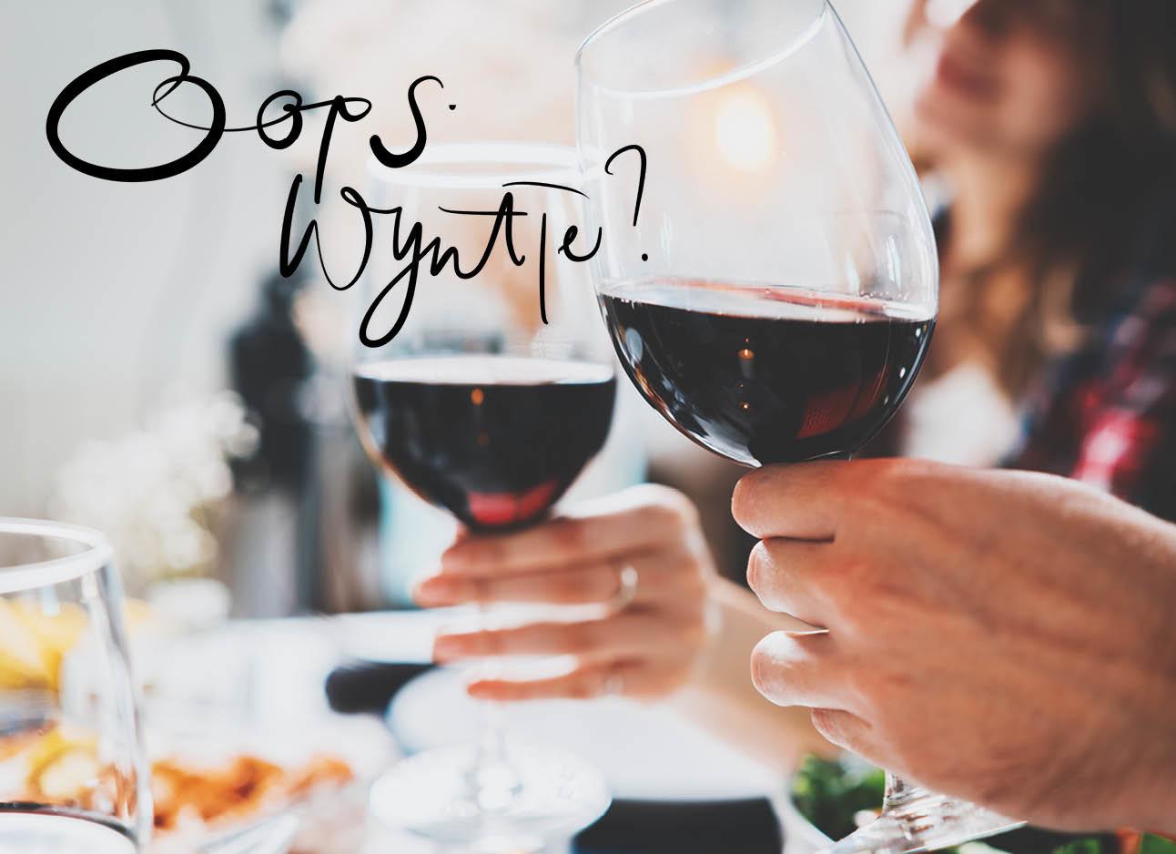 Wijnglazen met rode wijn proosten
