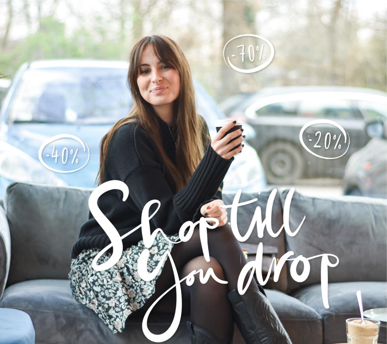 Lilian Brijl lachend op de bank met een kop koffie bij Coffee Concepts