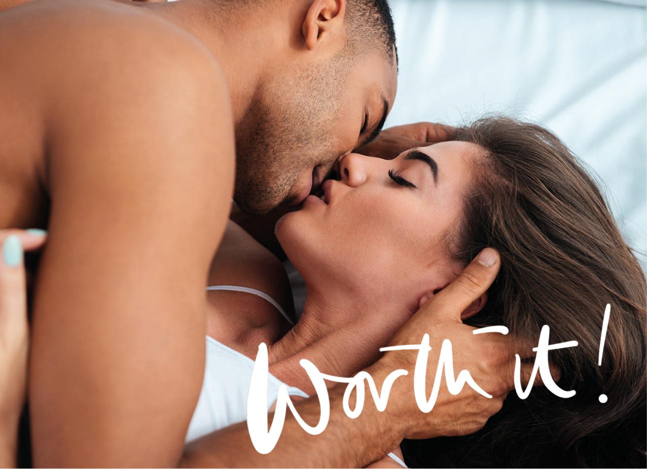 man en vrouw in bed kussen