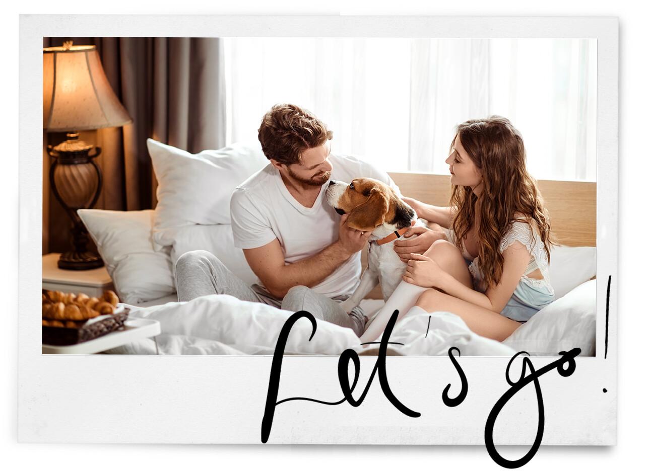 vrouw en man in bed met hond in een hotel