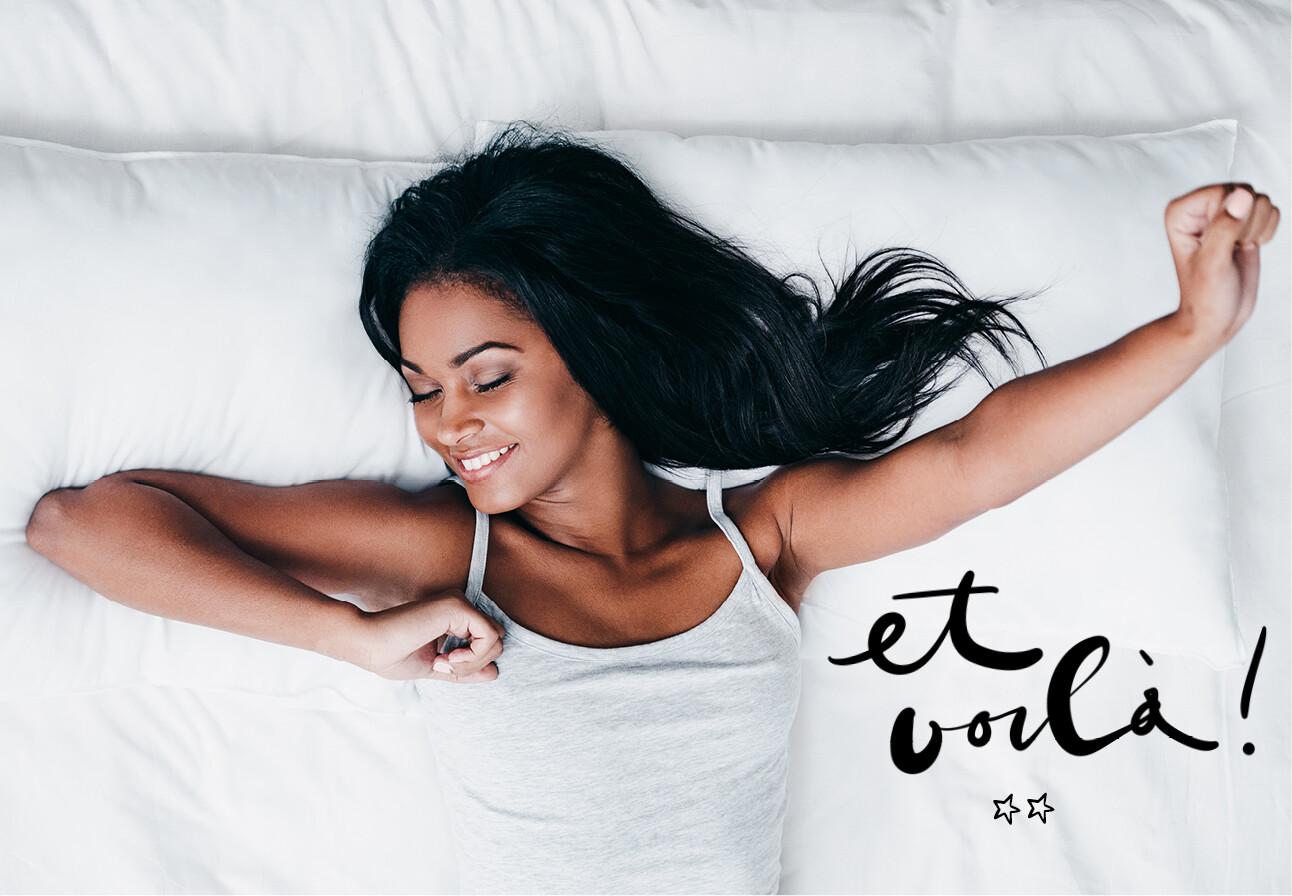 vrouw strekt zich uit in bed