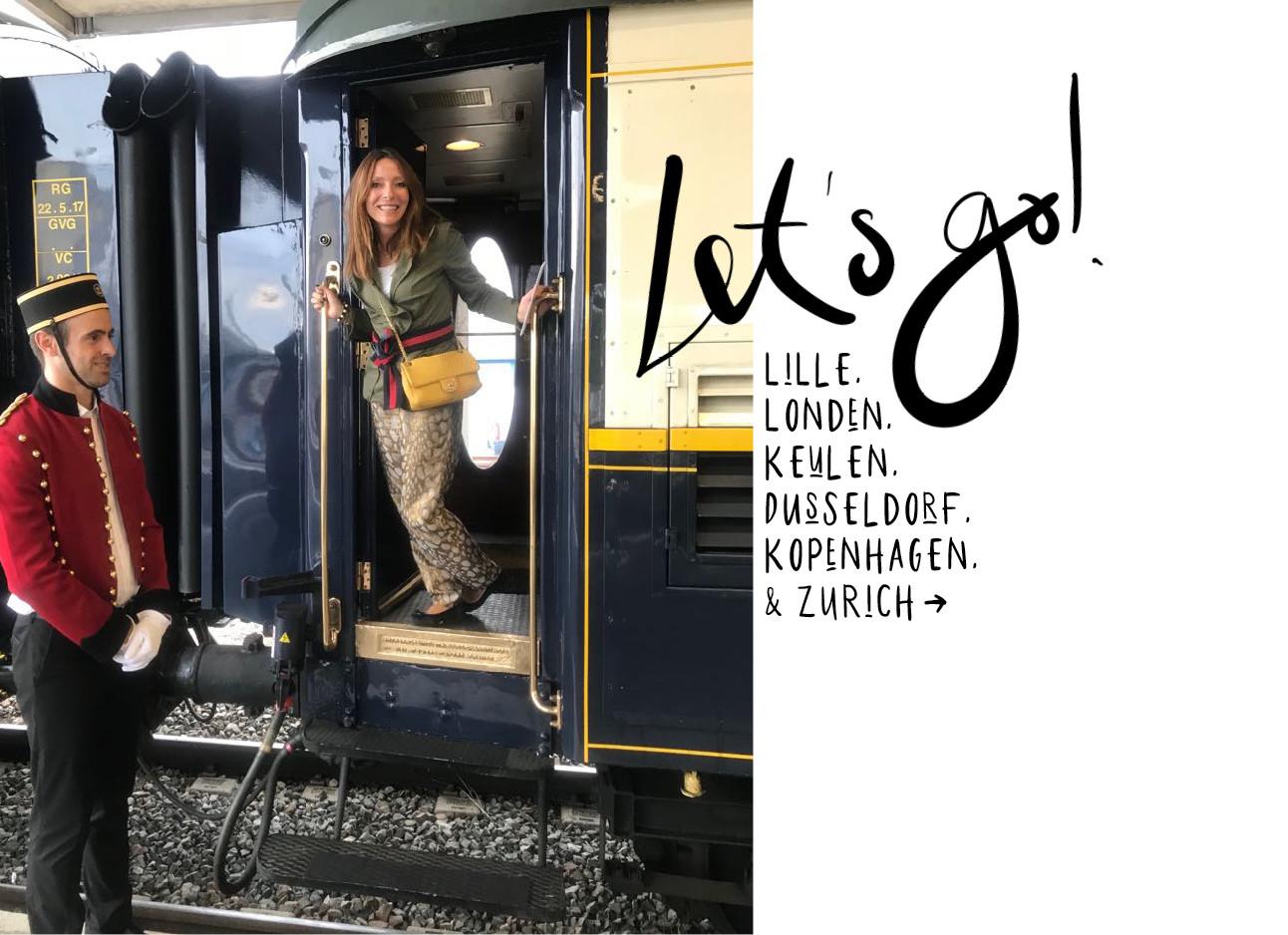 may die lachend uit de deur van een trein hangt