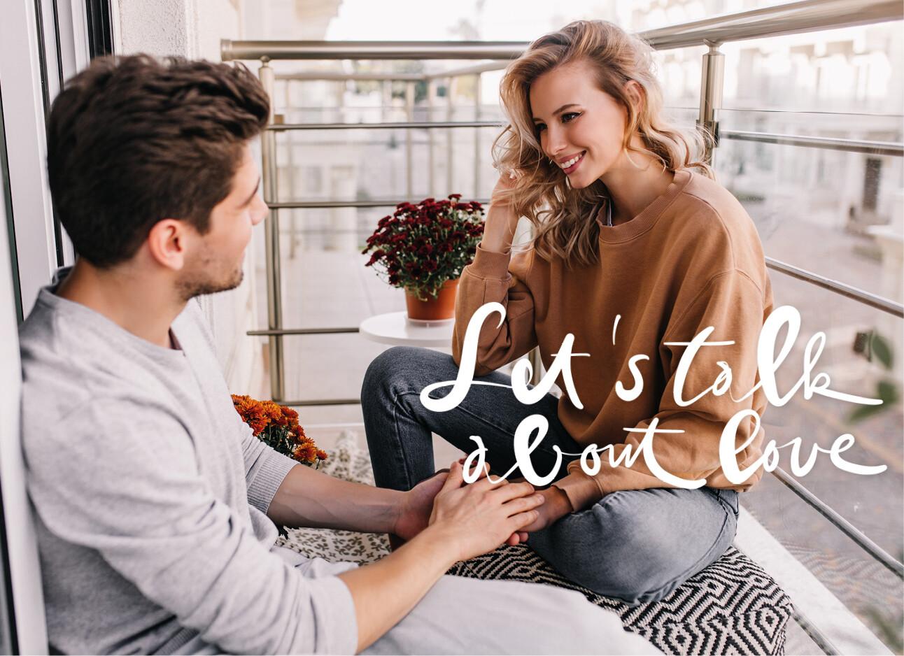 Een stelletje samen zittend op het balkon en houden elkaars hand vast