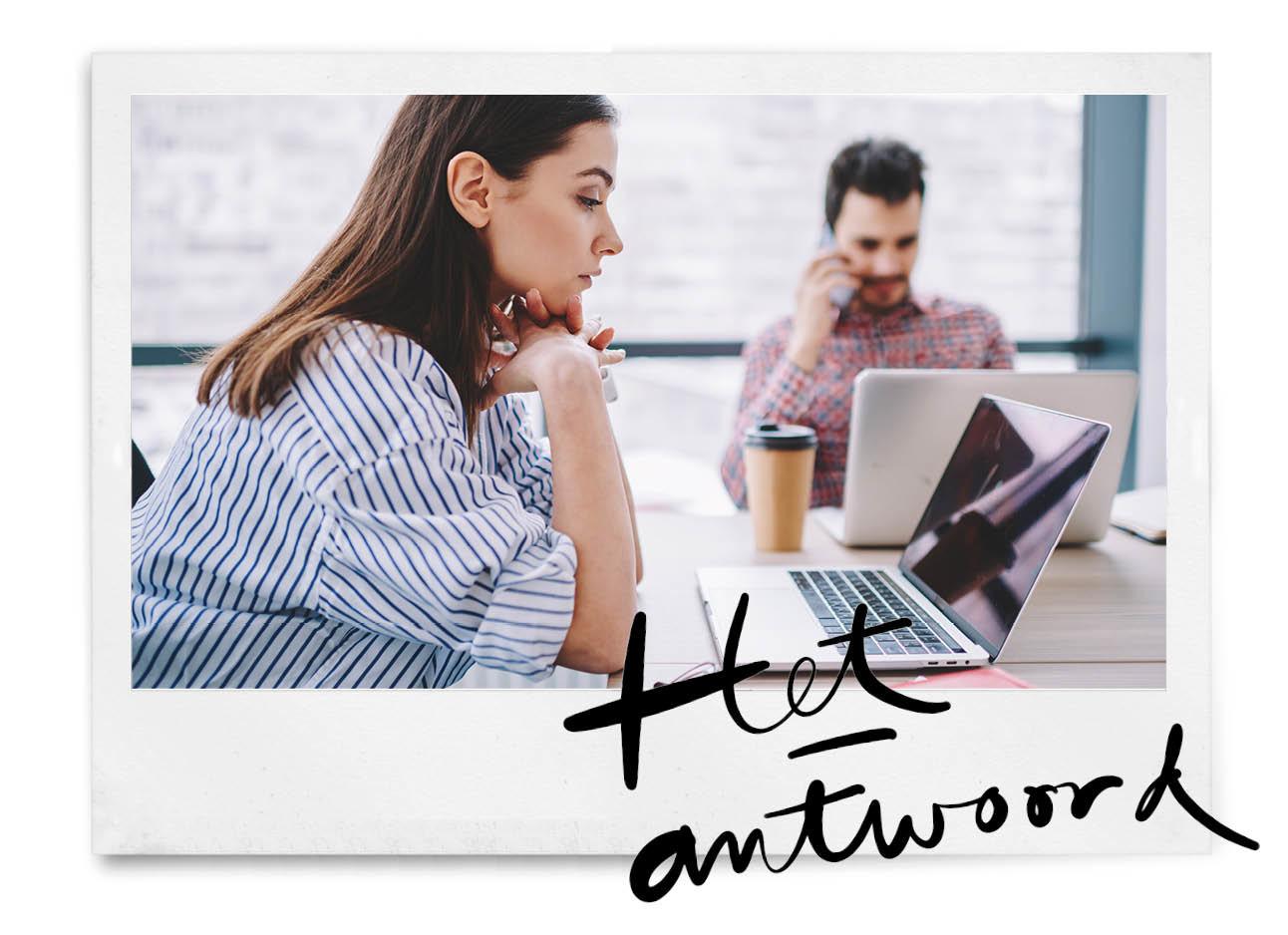 vrouw achter laptop geirriteerd en man op de achtergrond op werk