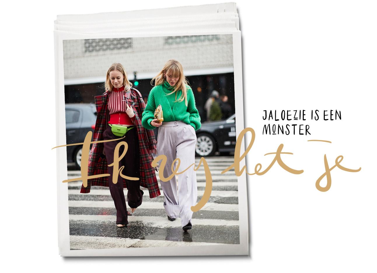 Twee vrouwen lopend op straat en pratend