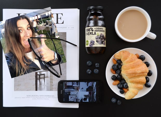 jeans-and-roses-blog-flatlay-home-morning-brekafast-croissant-coffee