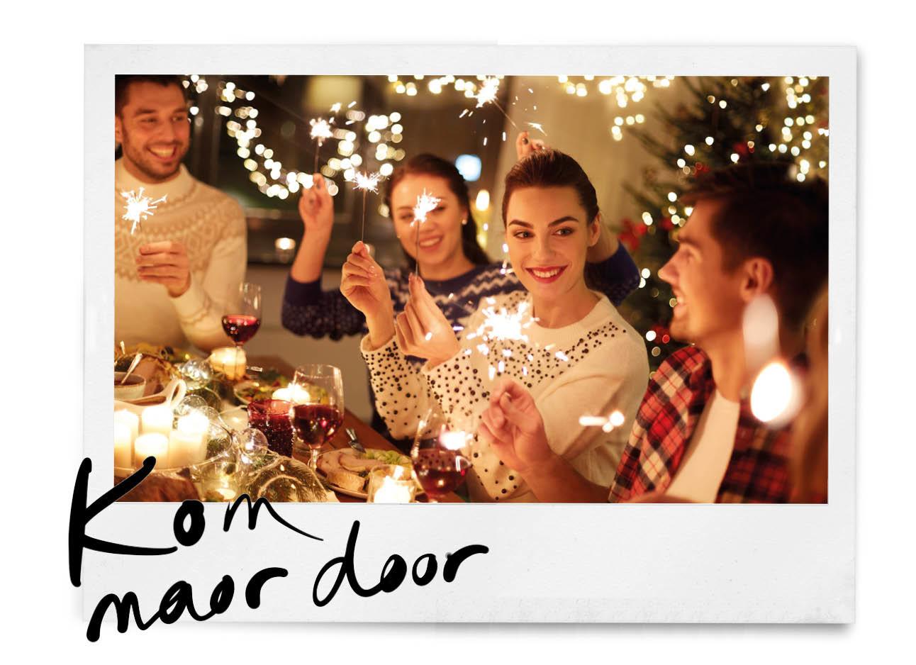 Mensen die lachend aan het kerst diner zitten