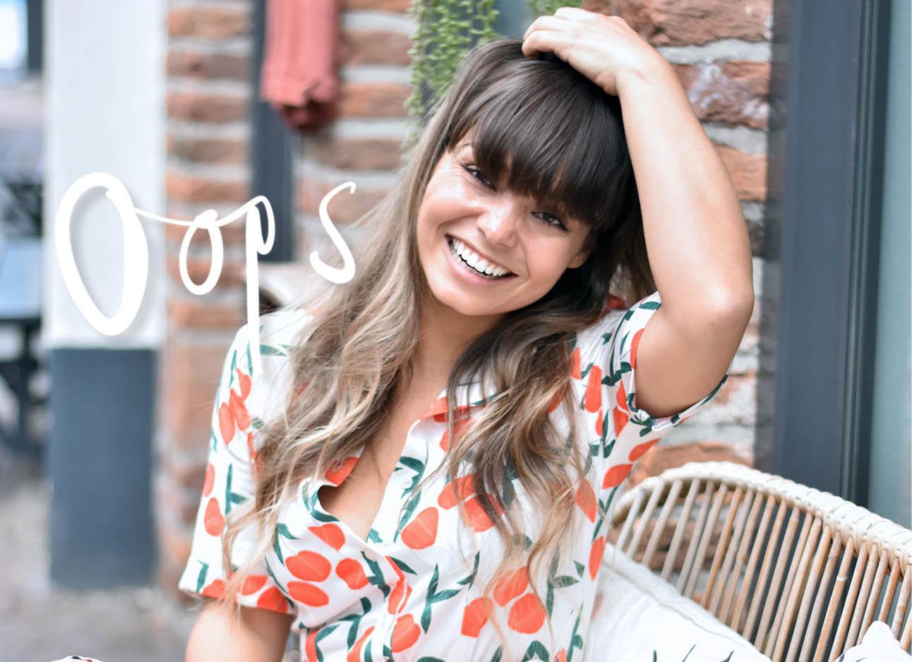 kiki duren lachend in zwolle op een bankje in een zomers jurkje