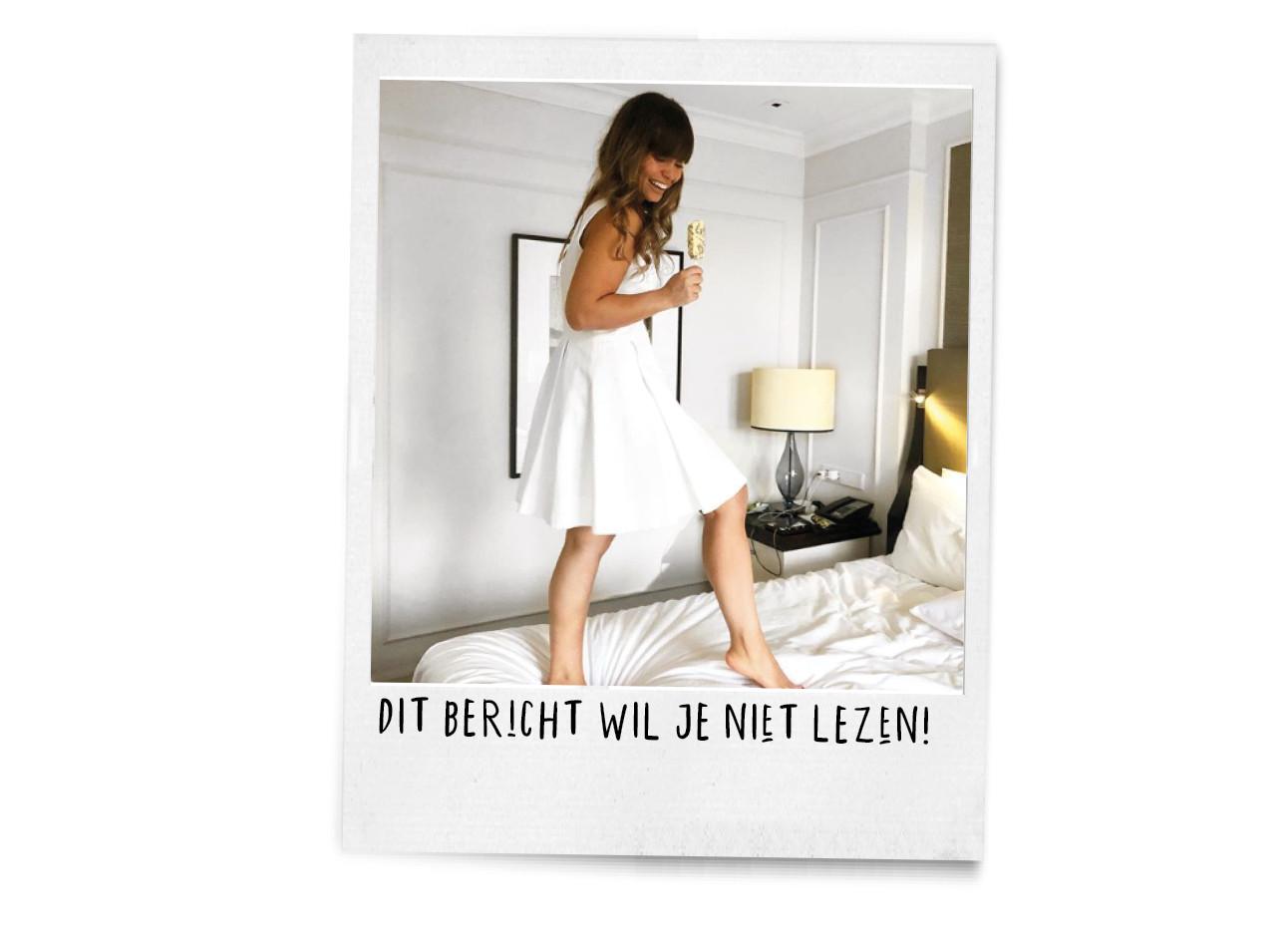 kiki in een witte jurk op het bed aan het springen met een ijsje