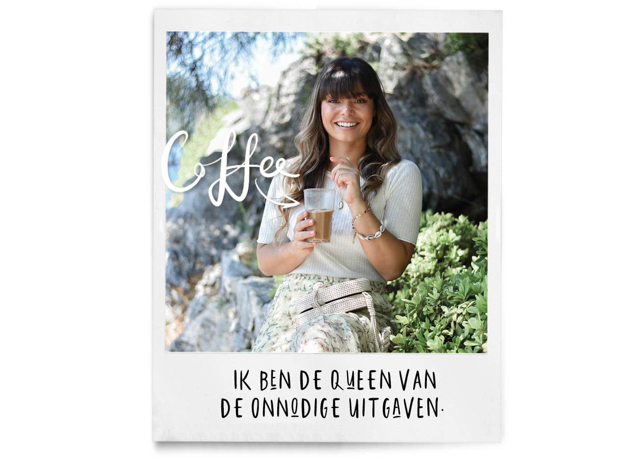kiki lachend in Turkije met een kop koffie in haar handen