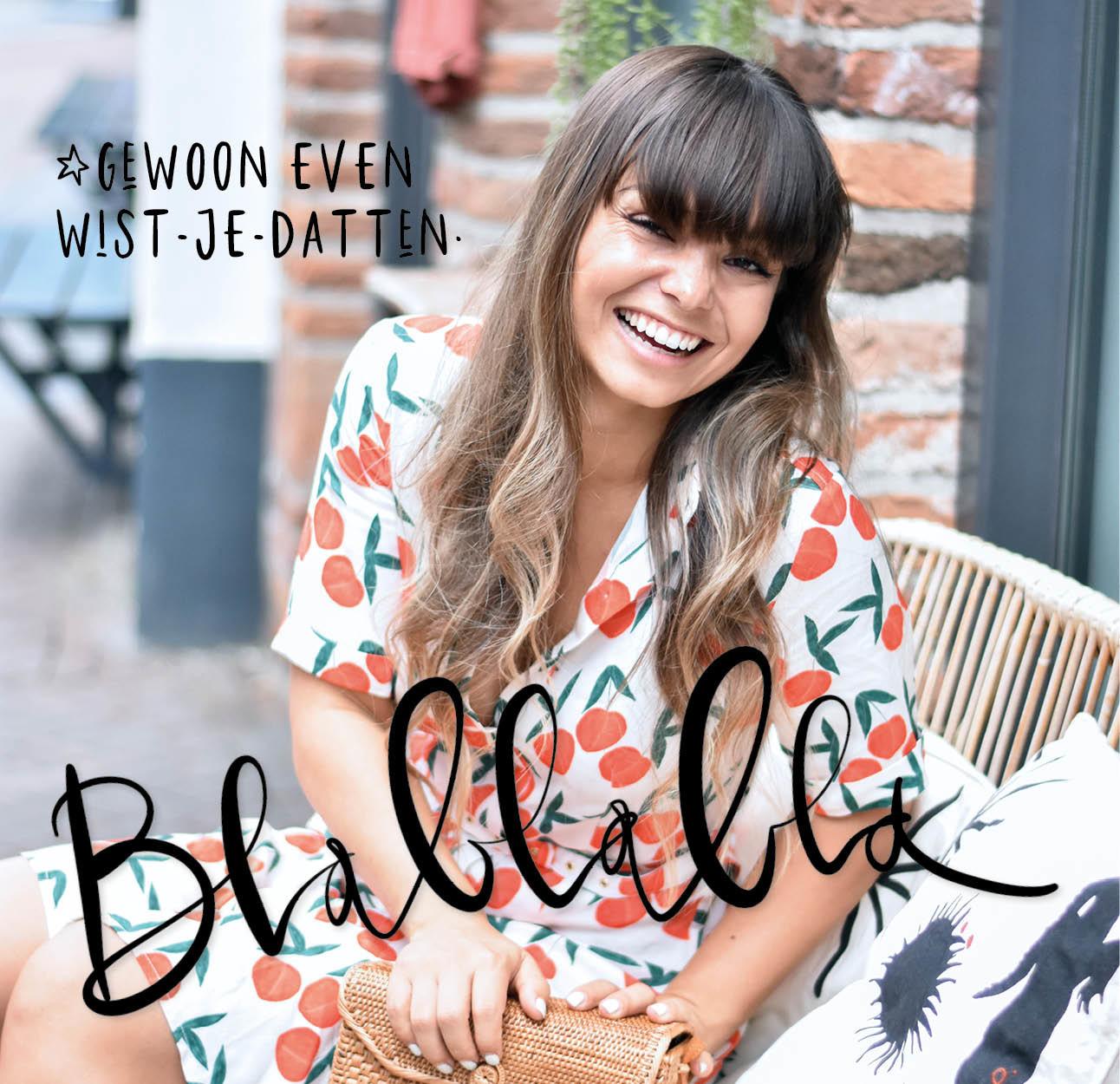 kiki lachend in zwolle winkelen op een bankje gekleurde jurk aan