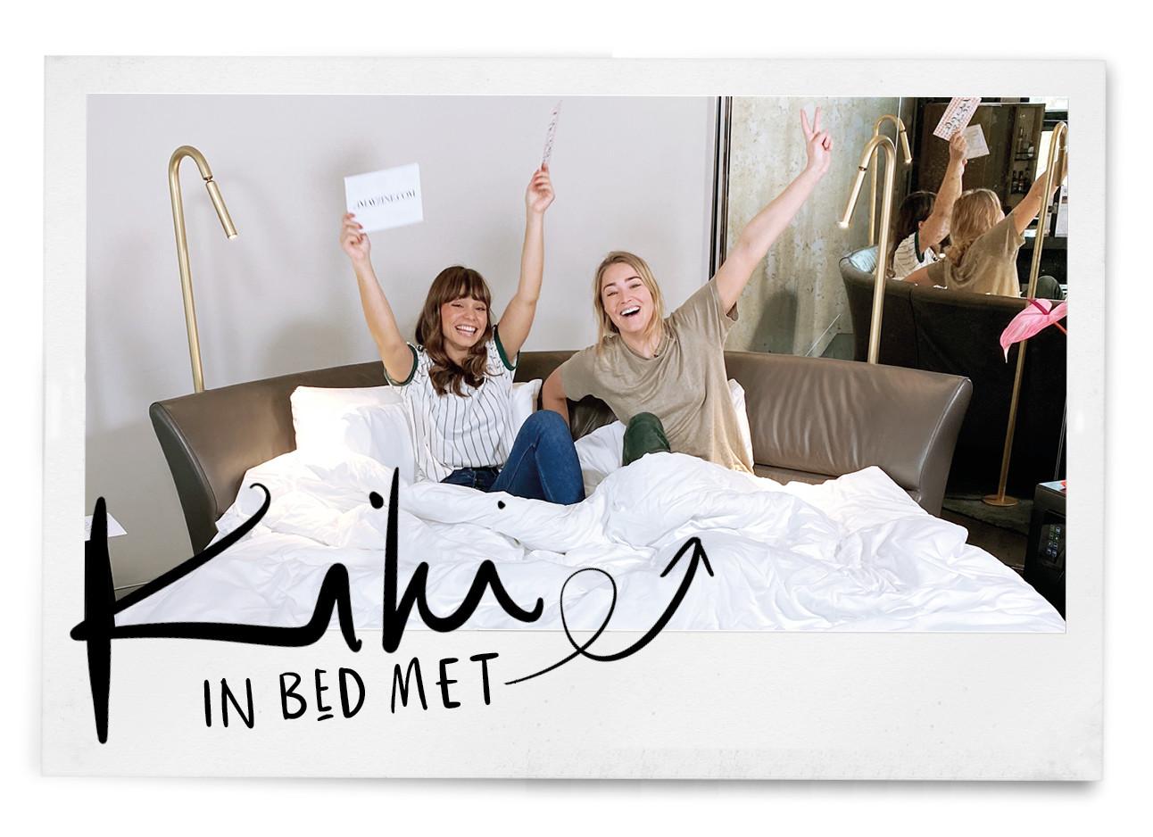 2 vrouwen vrolijk zittend op bed