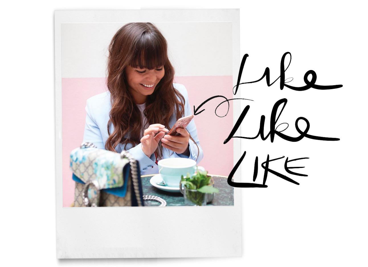 Kiki lachennd kijken naar haar iphone in Parijs op een terras