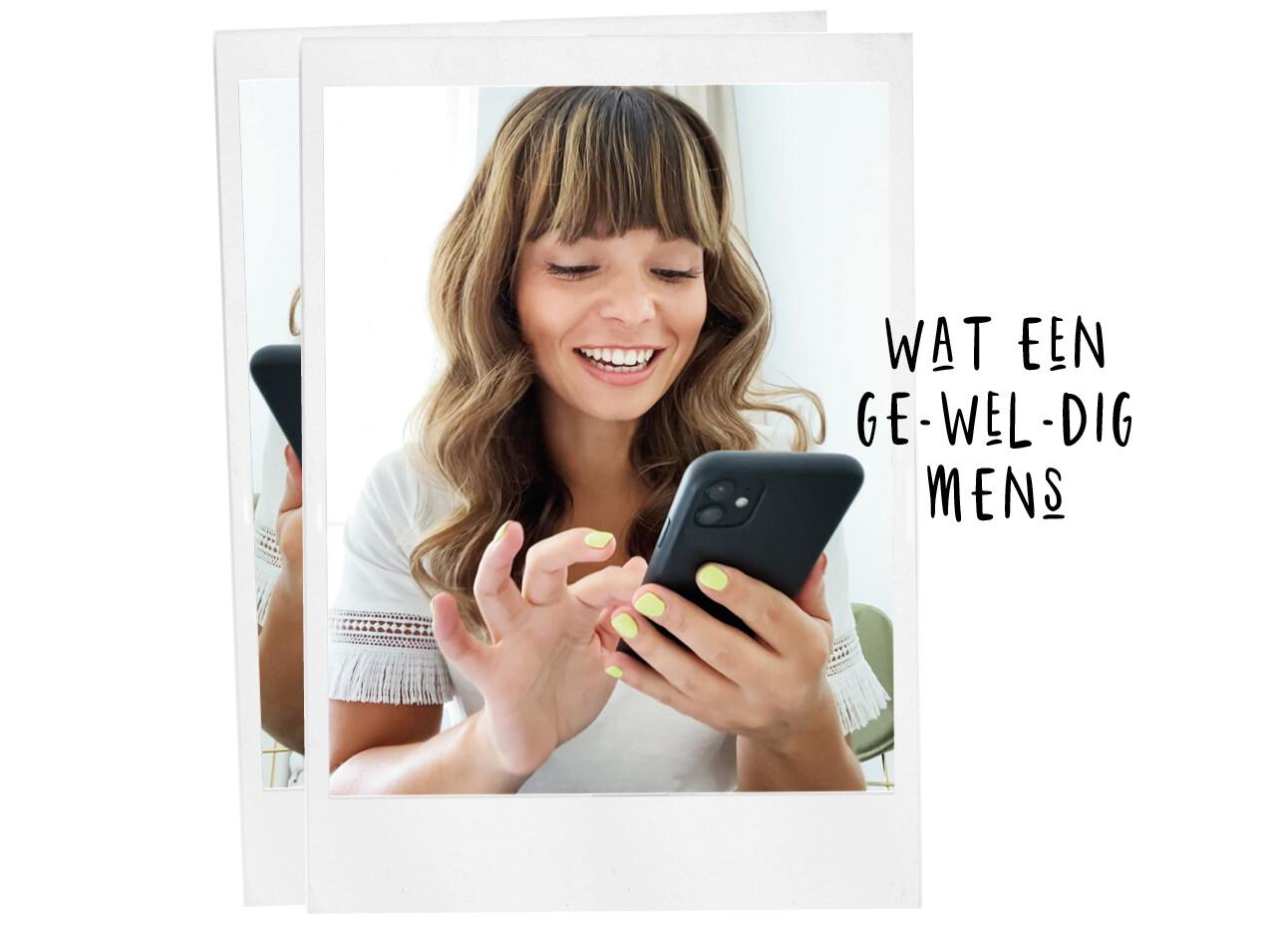 kiki lachend naar haar telefoon