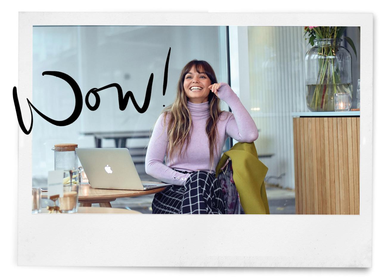 kiki lachend in coffee concepts achter haar laptop