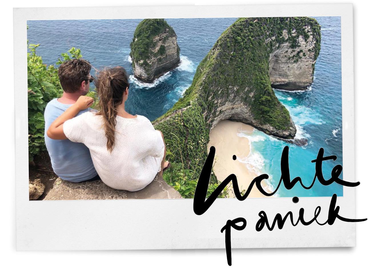 Kiki duren en vriend op een rots kijkend naar de zee in Bali