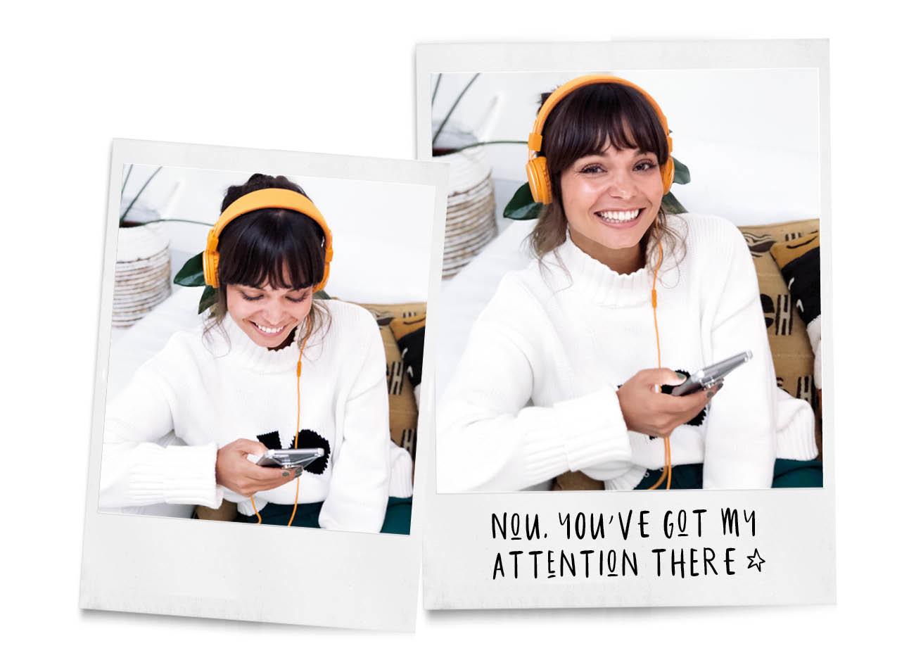 beelden van kiki die met een oranje koptelefoon op de bank zit en lacht