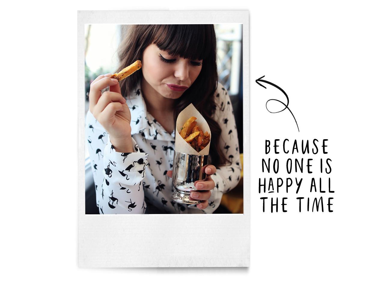 kiki met wit bloesje en frietjes