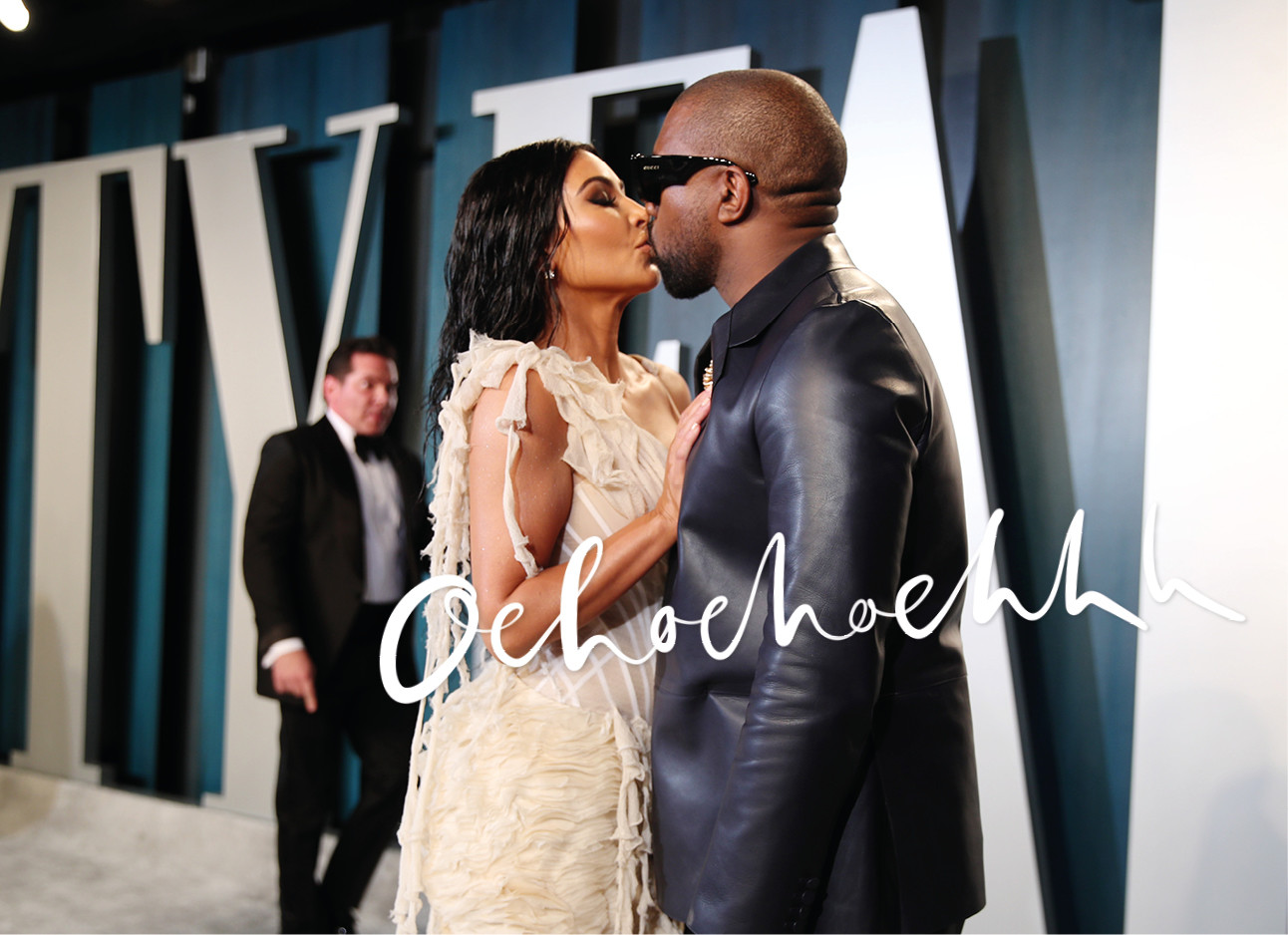Kim Kardashian en Kanye west kussend op de rode lopen bij Vanity Fair