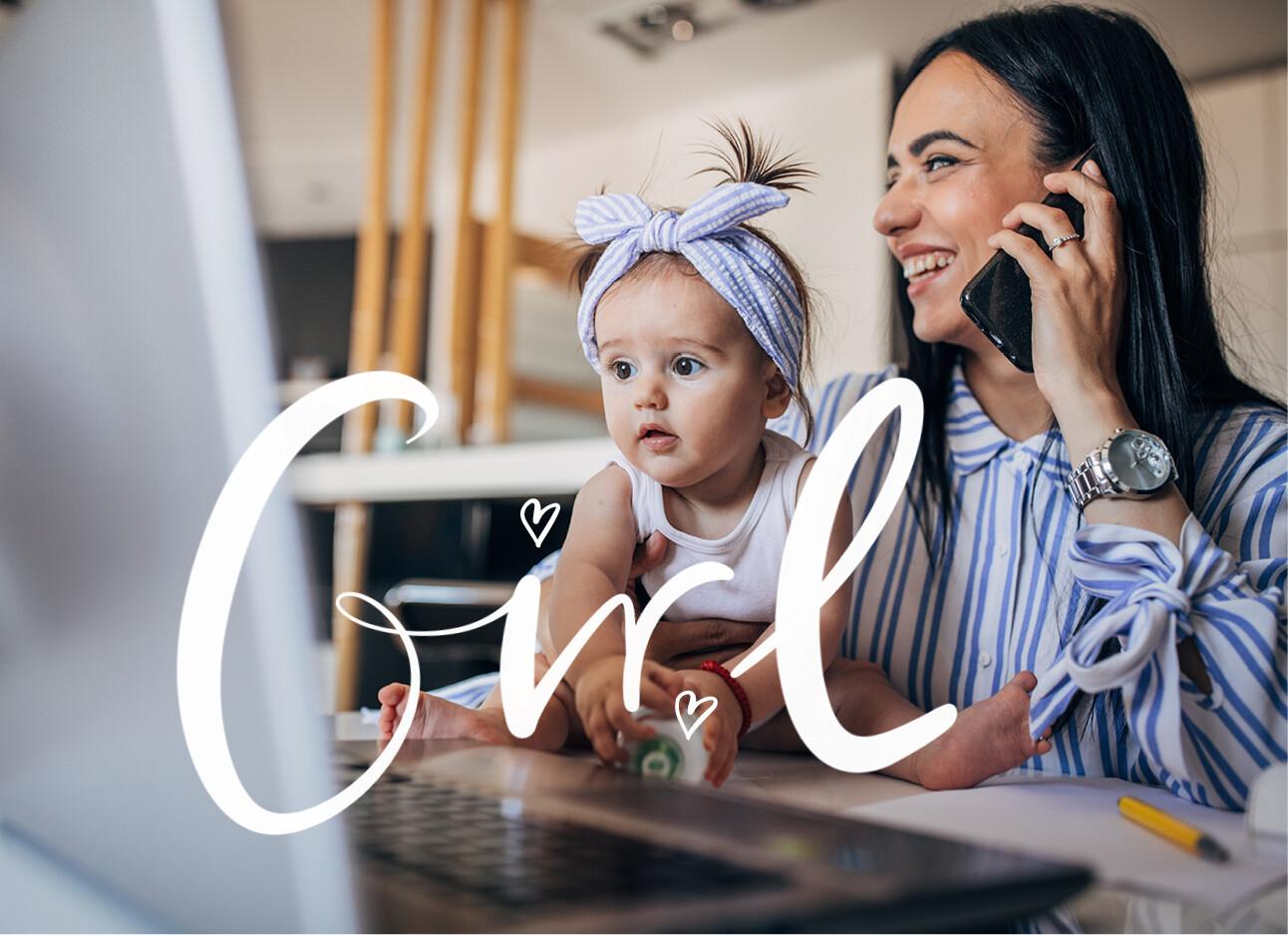 vrouw aan het bellen en achter haar computer met haar dochter