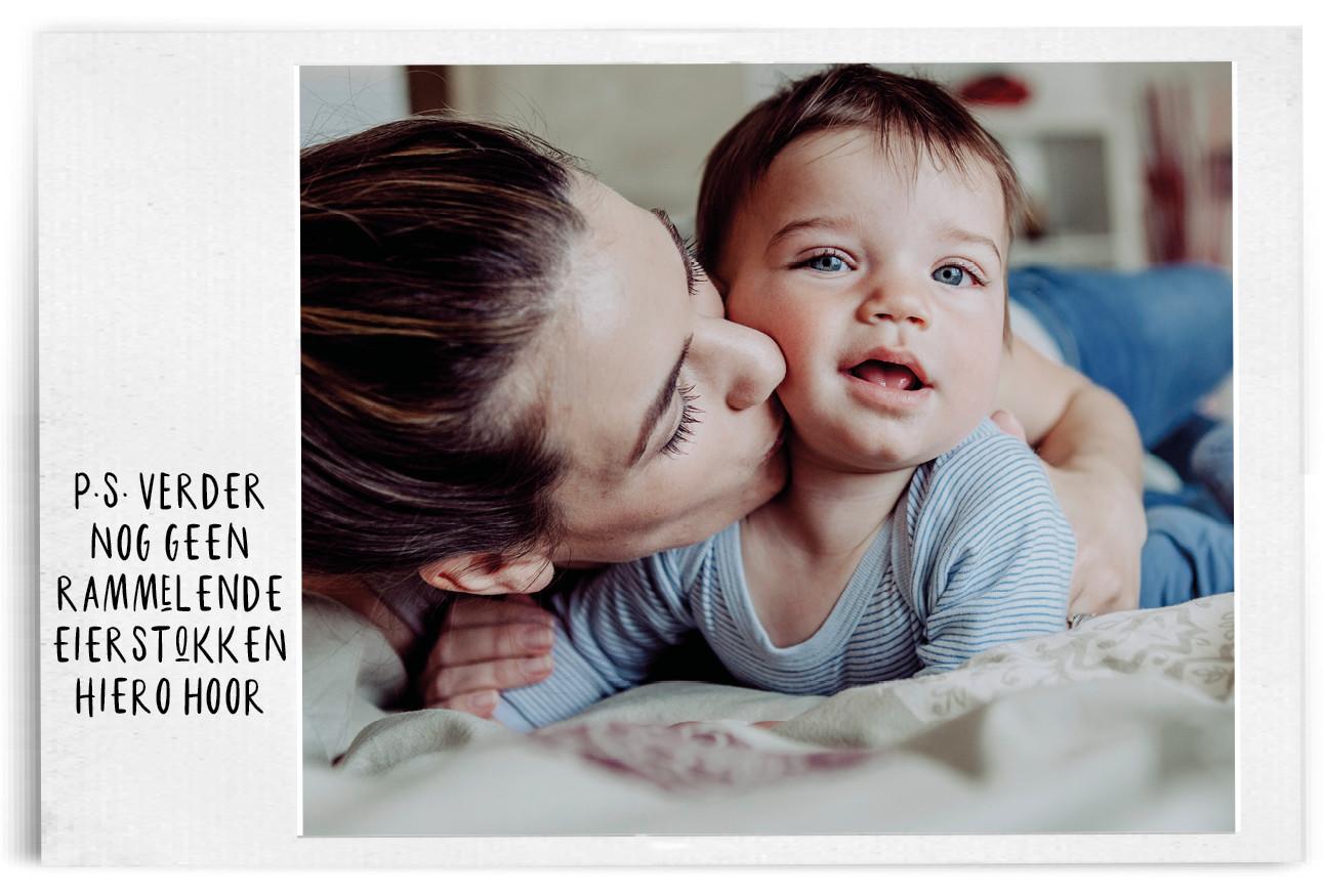Vrouw met baby kroelend op bed