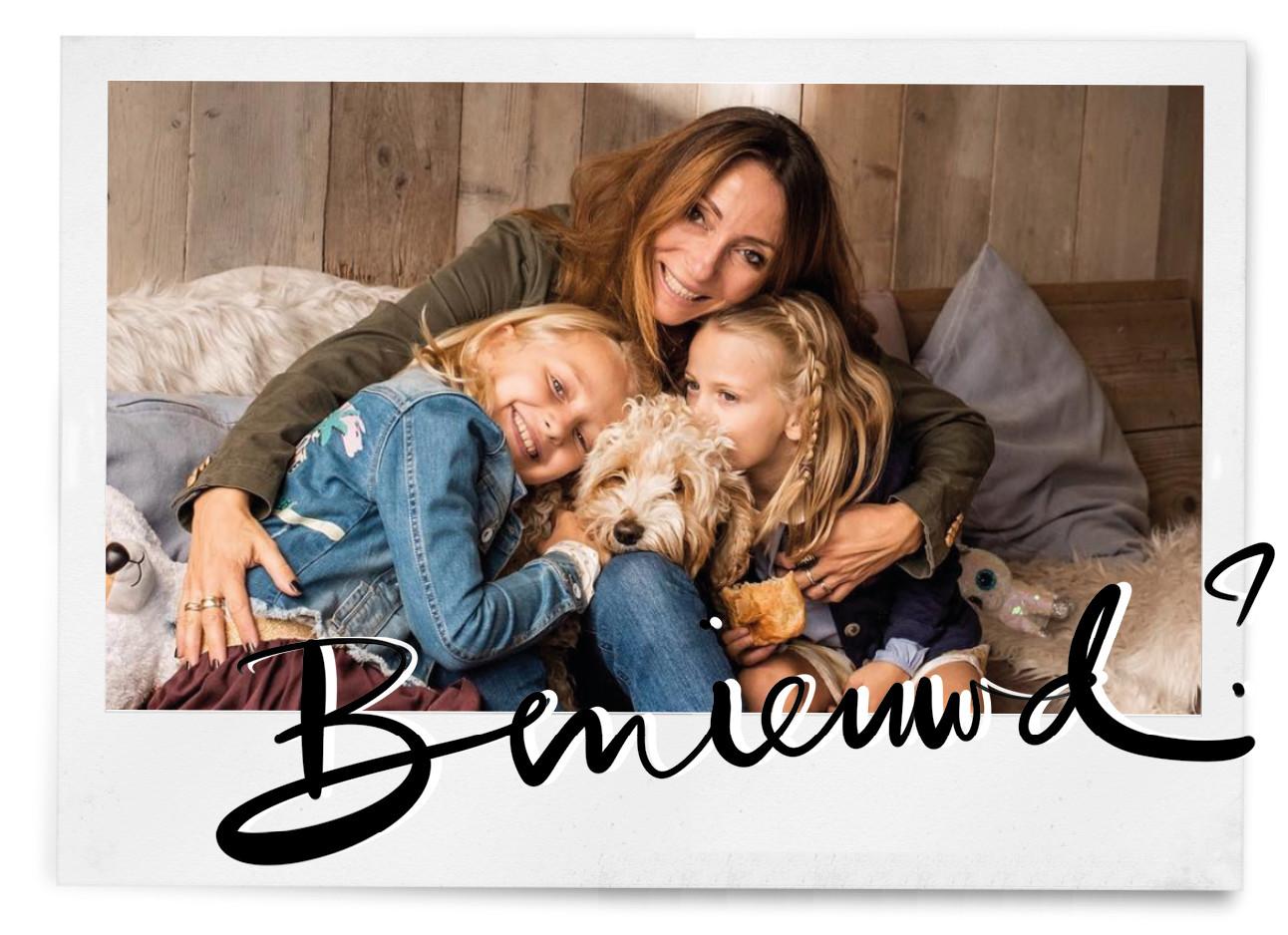 may met haar dochters op de bank, ze geven elkaar een knuffel