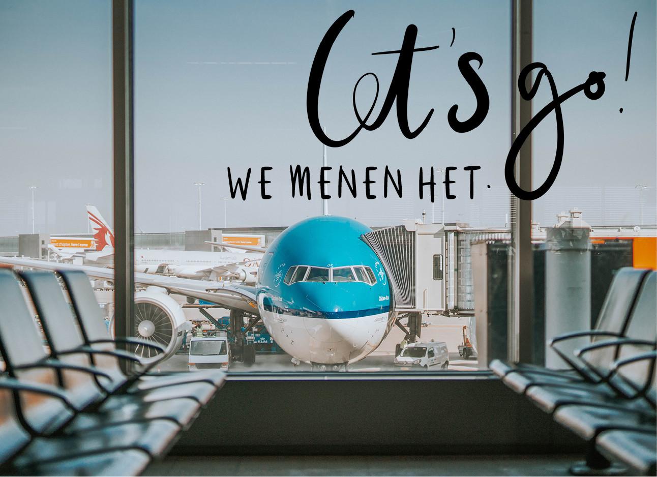 Een vleigtuig van de KLM dat te zien is voor een blauwe lucht met op de voorgrond wacht stoeltjes