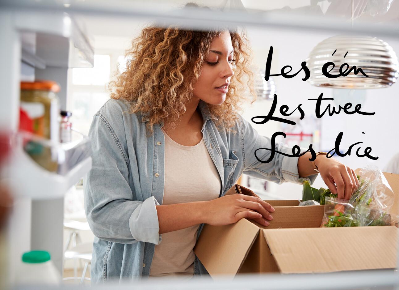 vrouw met doos supermarkt voeding koelkast