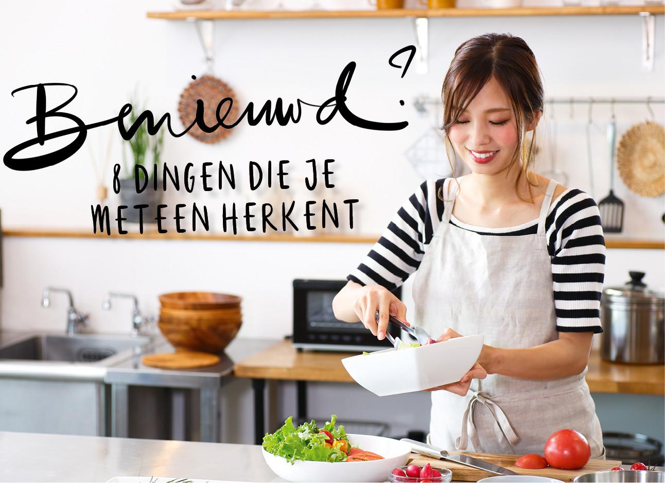 een meisje dat aan het koken is