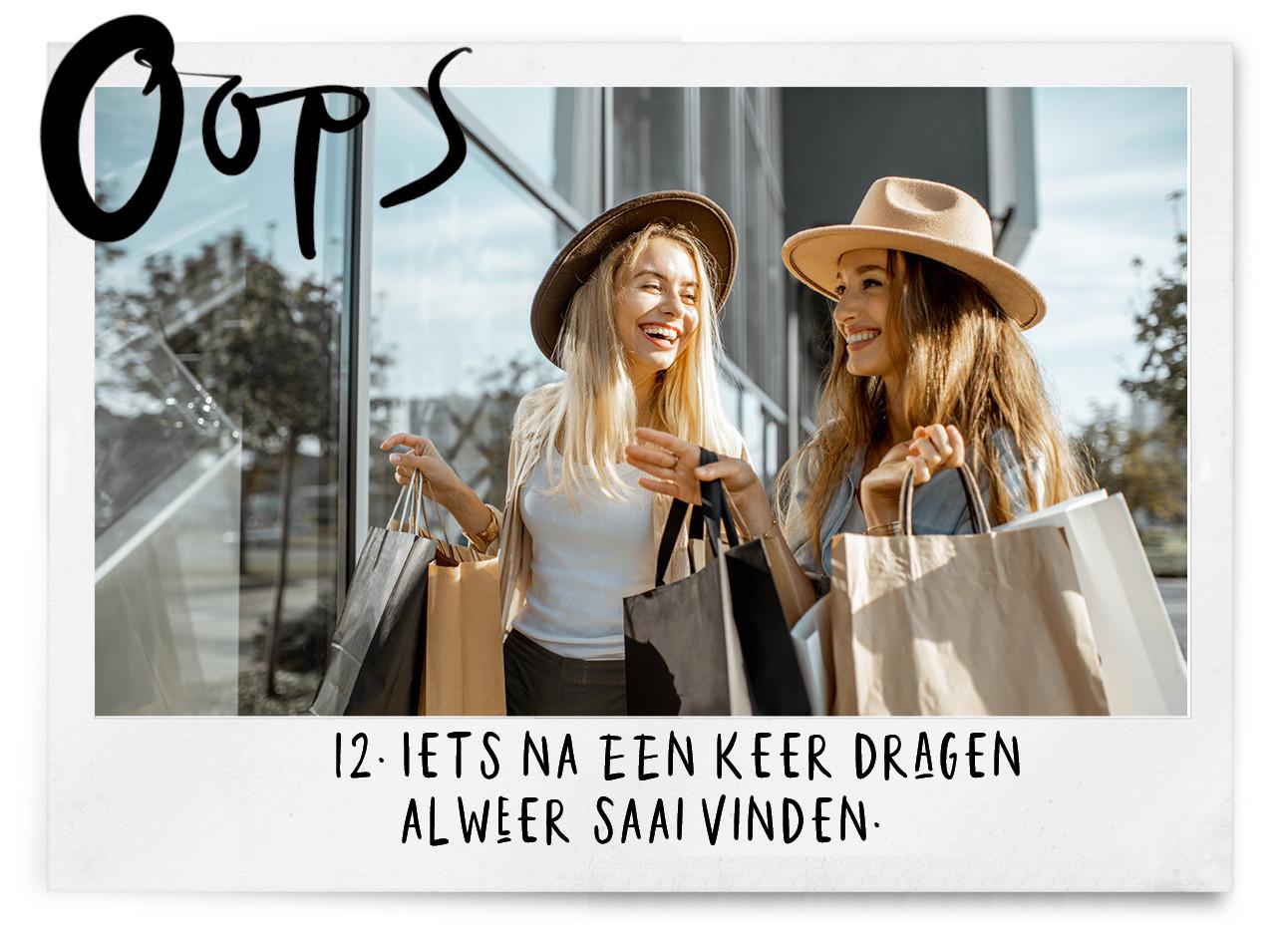 2 meiden die aan het shoppen zijn en veel tassen vasthouden