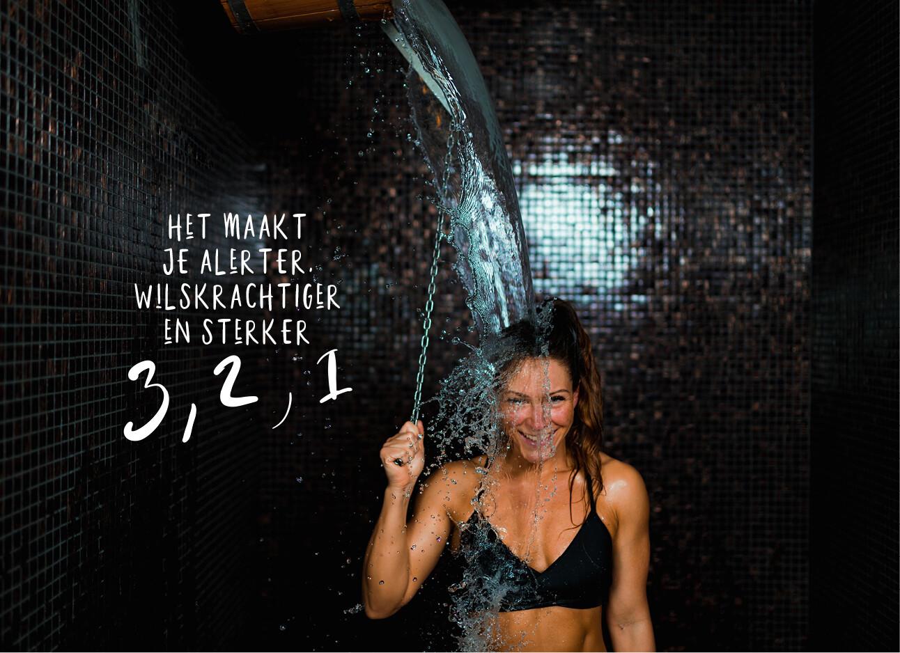 vrouw onder de douche