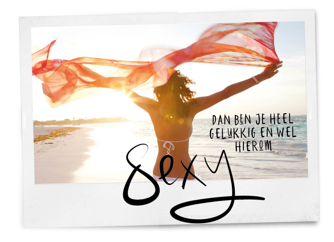 meisje op het strand in zon met doek in haar handen