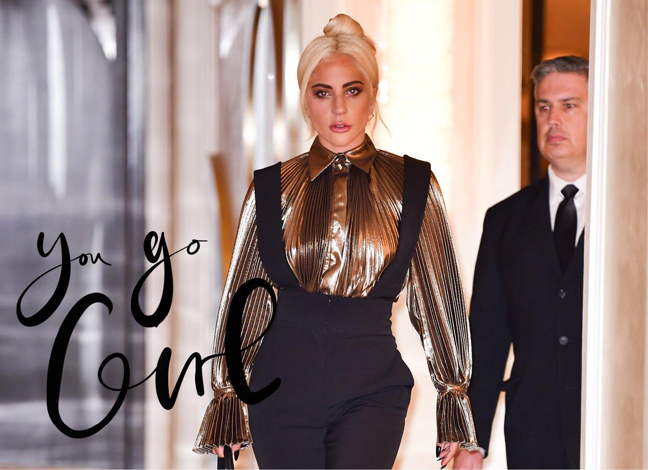 lady gaga die in een gouden top en een zwarte jumpsuit over straat loopt