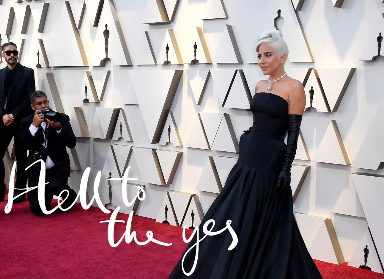 Lady Gaga op en rode loper voor een witte muur