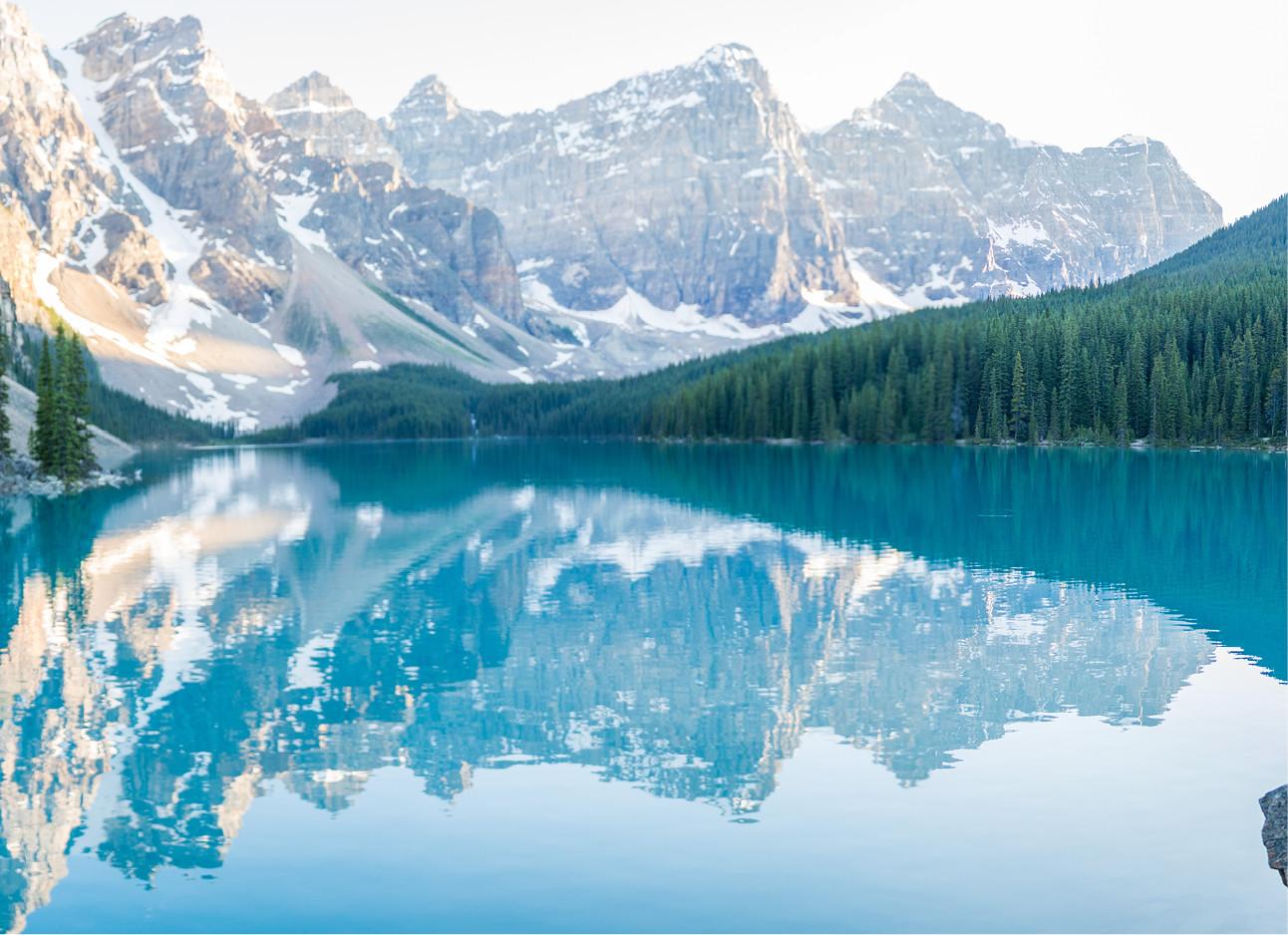Moraine Lake in Canada een blauw meer met witte bergen en groene bomen
