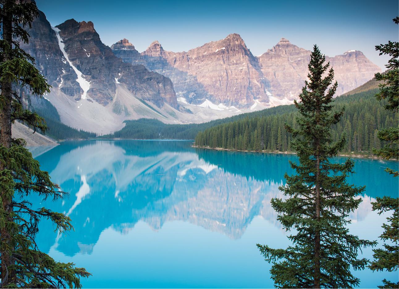 Moraine Lake in Canada een blauw meer met bruine bergen en groene bomen