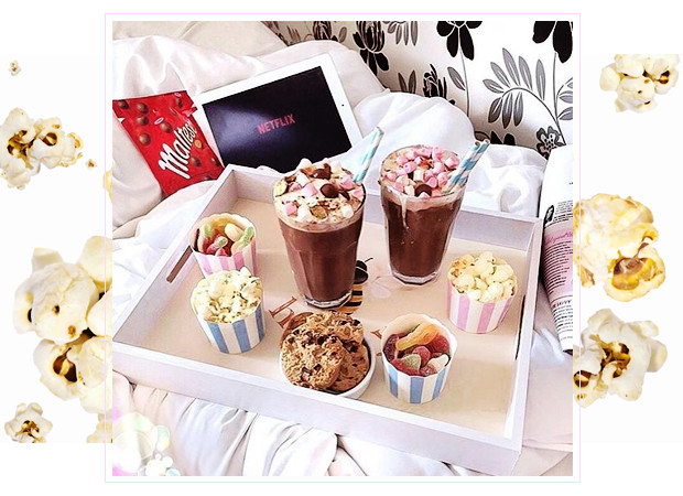 Late night snacks met popcorn, chocomel en netflix