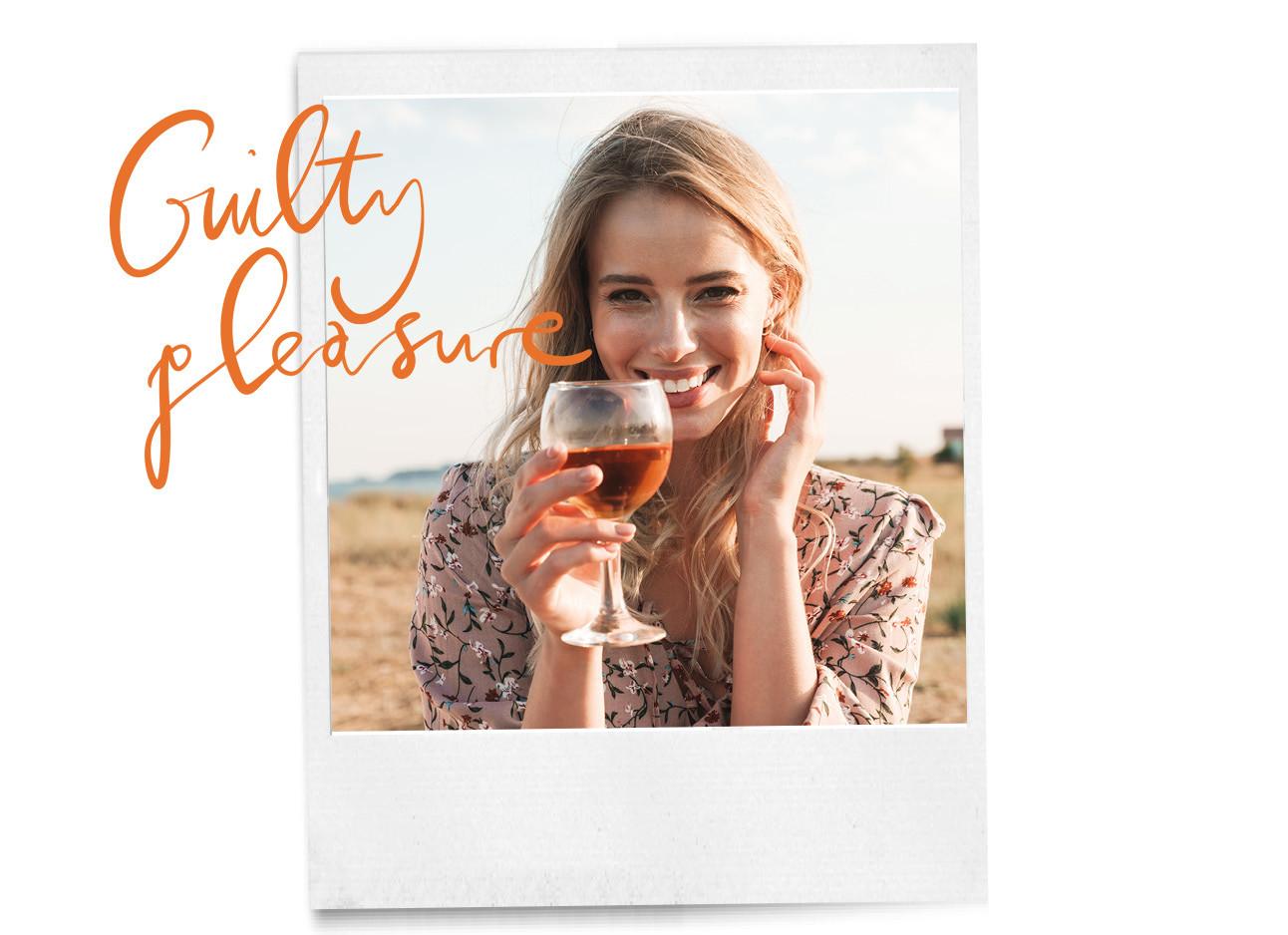 een meisje dat met een glas wijn in haar handen staat